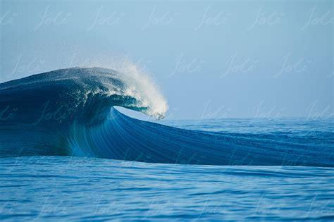 breaking wave joli tw teahupoo tahiti wave