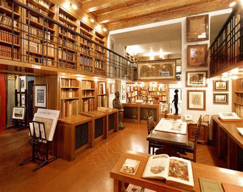 piccole librerie in legno piccole librerie mq la mansarda con travi in legno cose