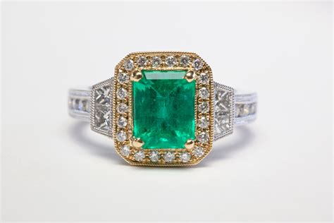 2 carat emerald with accents in platinum and 18