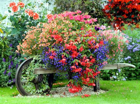 Use The Old Accessories And Garden Tools Such As Garden Garden Decor Accessories