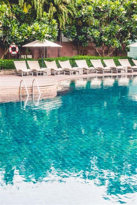 hamacas de piscina piscina con hamacas descargar fotos gratis