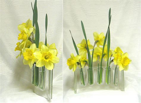 Flowers In Glass Vase Curved Clear Glass Vase Glass Vases Flower Arranging Fresh