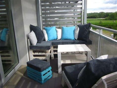 eckbank aus paletten wunderbare graue eckbank mit kissen auf dem balkon