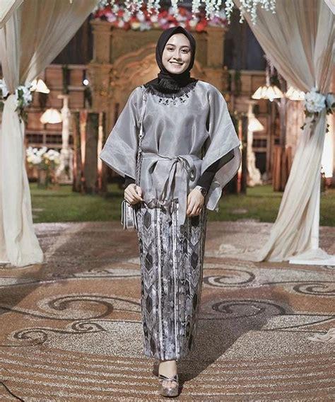 Setelan Kebaya Modern Set Kebaya Susan Abu Abu Murah kebaya muslim kebaya muslim modern berbahan satin warna silver dengan rok motif dan jilbab