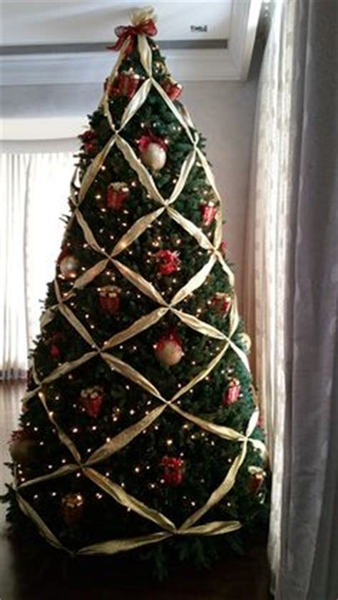 criss cross ribbon with bows on christmas tree criss cross ribbon tree criss cross ribbon tree trees