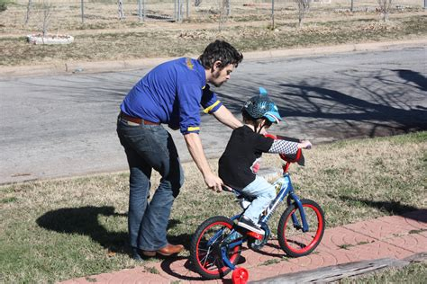 file father and son learning to ride a bike jpg wikimedia commons