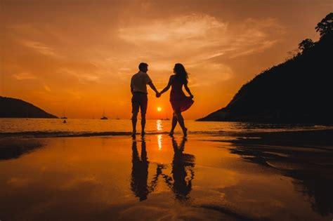 imagenes romanticas en la playa pareja agarrada de la mano en la playa descargar fotos