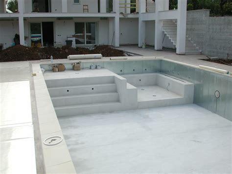 con idromassaggio piscina con zona idromassaggio e discesa a spiaggia