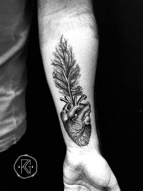 Ricardo Garcia: tatuador brasileiro usa blackwork