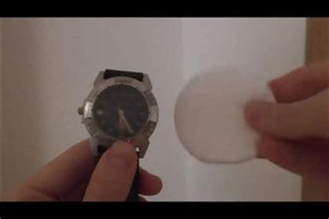 Kratzer Fensterglas Polieren by Video Uhr Zerkratzt So Entfernen Sie Kratzer Aus Dem Glas