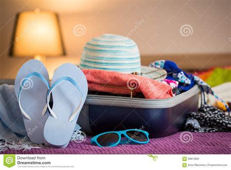 la valigia sul letto apra la valigia sul letto fotografia stock immagine di