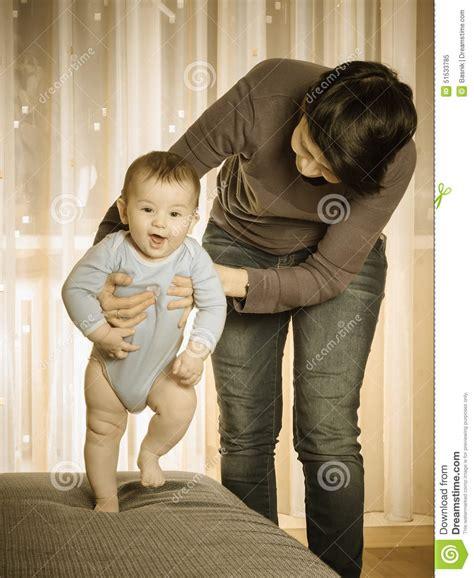 Mama Caliente Mama Ensea A Su Hija De 12 Aos Como | madre cauc 225 sica que ense 241 a a su beb 233 a caminar foto de