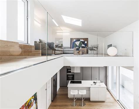 porche da letto bianco luce e colore per una casa su due livelli