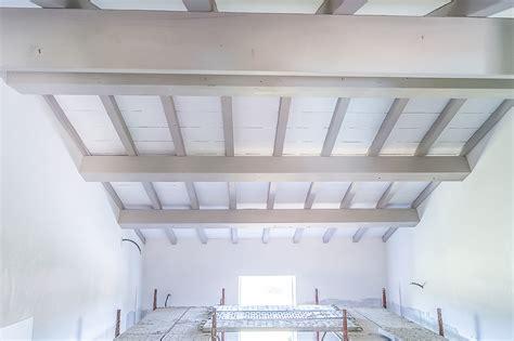 travi legno soffitto un soffitto bianco con travi greige per un casale molto chic