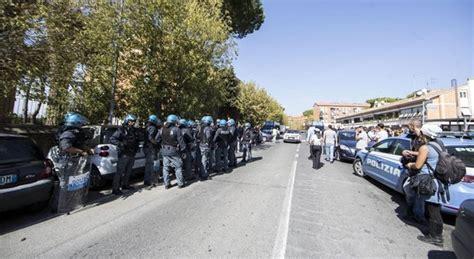 casa popolare roma roma scontri per casa popolare assegnata a famiglia italo