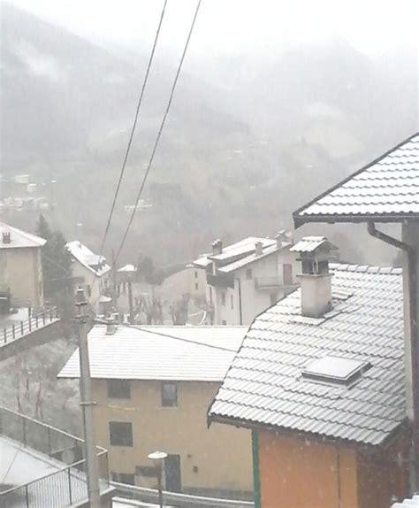collant bagnati la neve 232 arrivata con pioggia e gelo tetti imbiancati in