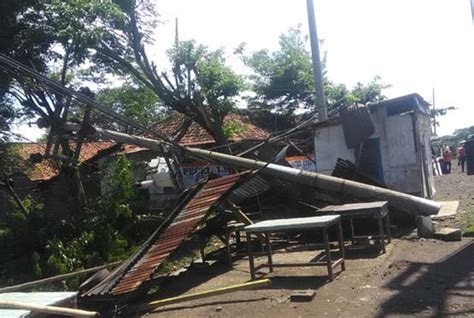 Kompor Listrik Di Cirebon apes nasib 2 tiang listrik di cirebon roboh ditabrak truk