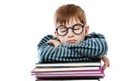 adolescente ragazzo che dorme sui suoi libri