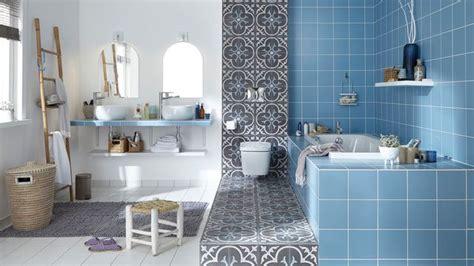 Exceptionnel Recouvrir Un Carrelage Mural De Salle De Bain #2: carrelage-bleu-pour-la-baignoire-carrelage-graphique-noir-et-blanc-grande-salle-de-bains_5542493.jpg
