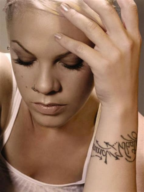 cool id 233 es pour le tatouage poignet