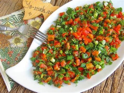 tarifleri yeni resimli ve pratik nefis yemek tarifleri sitesi yeşillikli k 246 zlenmiş kırmızı biber salatası resimli tarifi