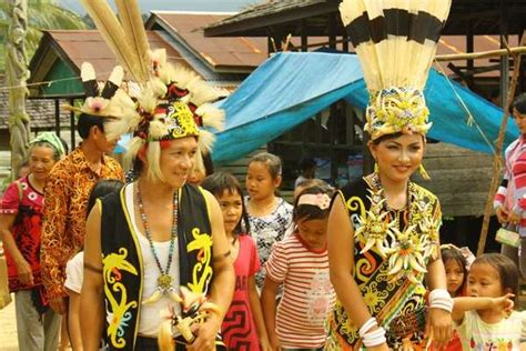 tato dayak kuno adat perkawinan suku dayak dayak culture