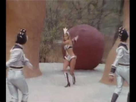 raquel welch space dance die besten 25 raquel welch bikini ideen auf pinterest