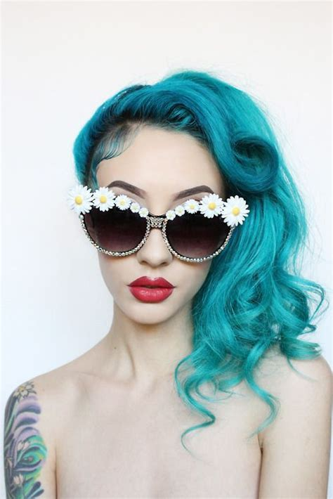 does phaedras hair teal turquoise hair daisies and red lips oooooo i wanna do