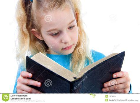 imagenes niños leyendo la biblia a menina est 225 lendo a b 237 blia imagens de stock royalty free