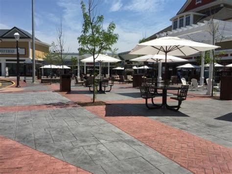 outdoor seating area outdoor seating area in front of food court picture of