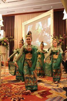 Kostum Adat 16 mahkota pada pengantin perempuan dalam pernikahan adat sunda menutupi dahi persamaannya dengan