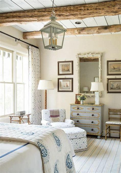 Bien Deco Chambre Adulte Bleu #2: deco-campagne-chic-chambre-adulte-linge-de-lit-blanc-et-couverture-blanche-%C3%A0-motifs-bleus-commode-bleu-fauteuil-et-rideaux-blanc-motifs-floraux-bleus-suspension-lanterne-revetement-sol-bois-blanc.jpg
