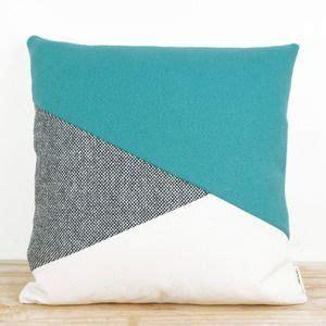 Bantal Geometric 25 best ideas about geometric pillow on