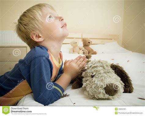 Bed For Toddler Boy Kind Beten Stockbild Bild Von Junge Christentum Gebet