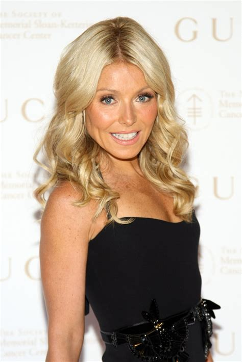 curl haur to get kelly ripas look kelly ripa long curls kelly ripa looks stylebistro