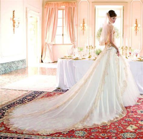 donne senza vestiti nel letto tulle e merletti un di sposa