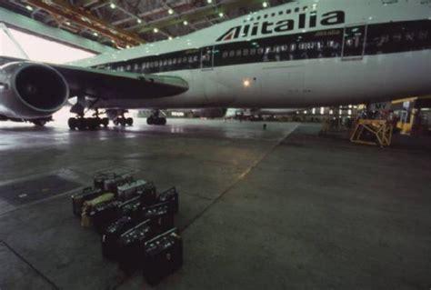 alitalia interno alitalia interno di un hangar aeroplano bireattore