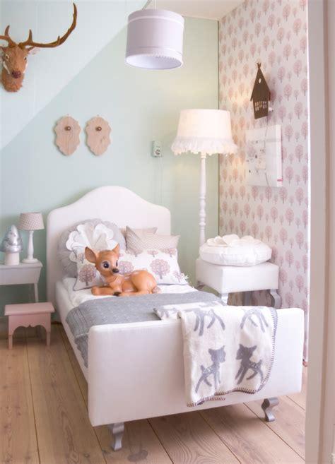 chambre de bébé fille photo veille sur le lit de cette chambre de fille