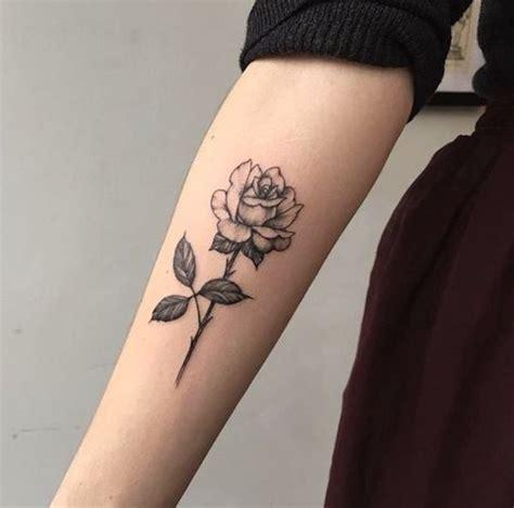 22 tatuagens de rosas delicadas e inspiradoras para a sua