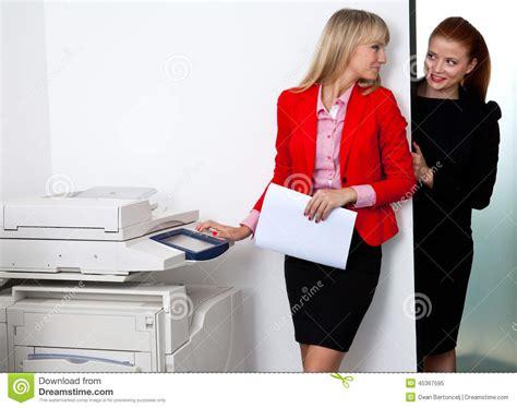 Deux Coll 232 Gues De Femme Travaillant 224 L Imprimante Dans Le