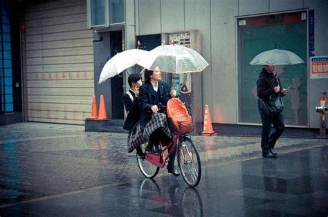 imagenes de otoño lloviendo jap 243 n lloviendo y en bicicleta paperblog