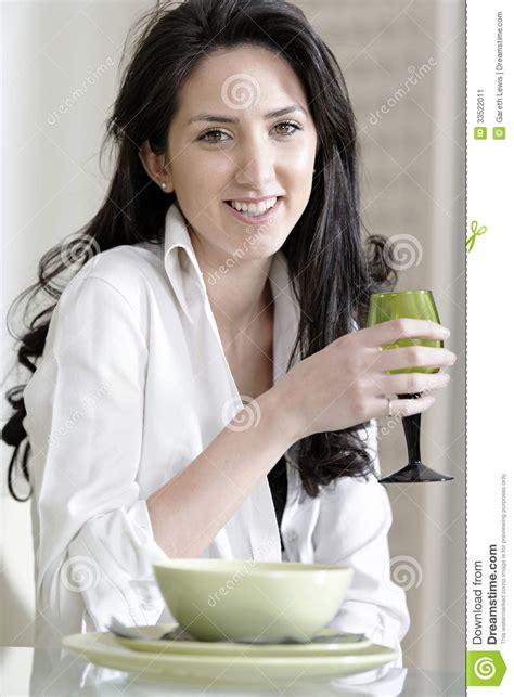 tavola seduta donna seduta alla tavola di cena immagine stock immagine