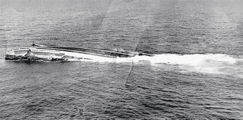 pelicula de un barco que se hunde un barco de concreto una piedra flotante de diego berruecos