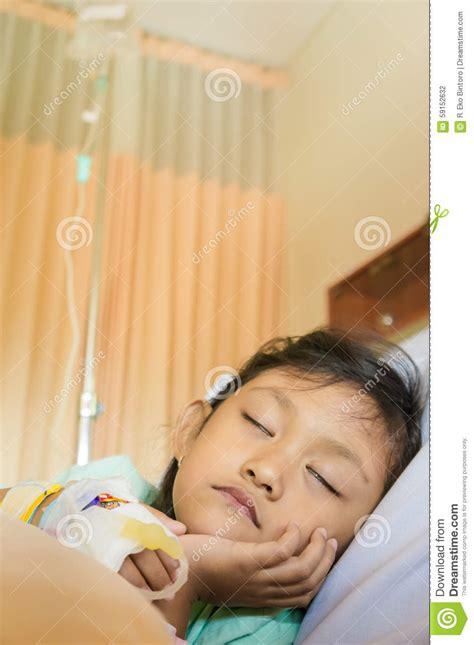 imagenes niños enfermos paciente asi 225 tico enfermo del reposo en cama de la ni 241 a en