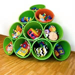 des seaux de rangement pour les jouets
