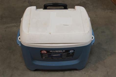igloo maxcold 62 qt rolling cooler igloo maxcold premium 62 quart 58 litre push wheeled