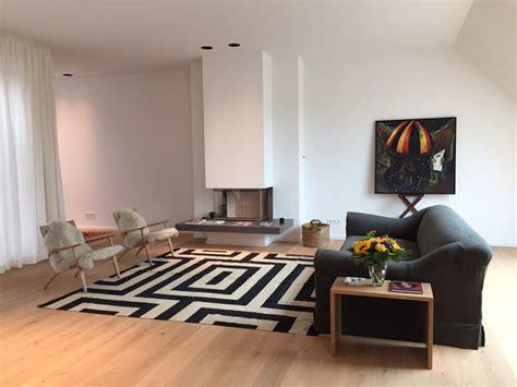 wohnzimmer berlin kelim im wohnbereich auf hellem holzboden minimalistisch