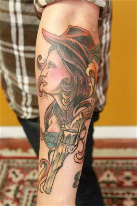 tattoo old school revolver tatuaje brazo old school mujer pistola por revolver tattoo