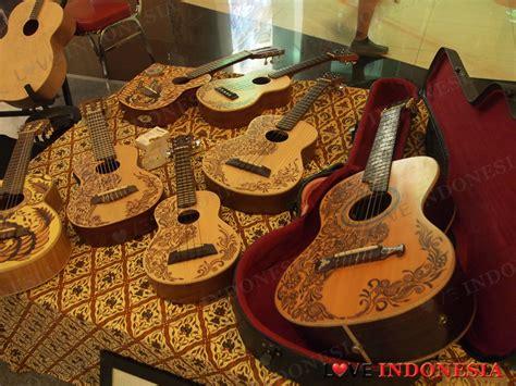 Harga Kacamata Merk Nikon guitar exhibition dengan gitar bermotif batik