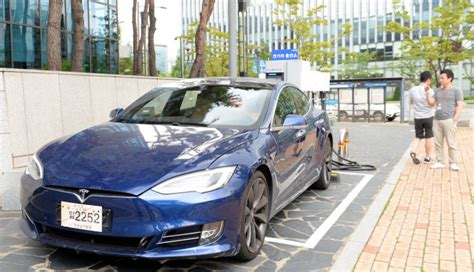 tesla model x ruins fun at dodge sponsored drag racing